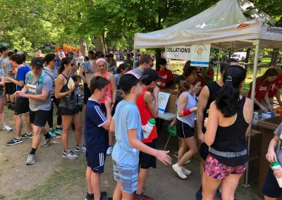 Foulées de Parcs 2019 Tente Collations Coureurs s'alimentant de dos